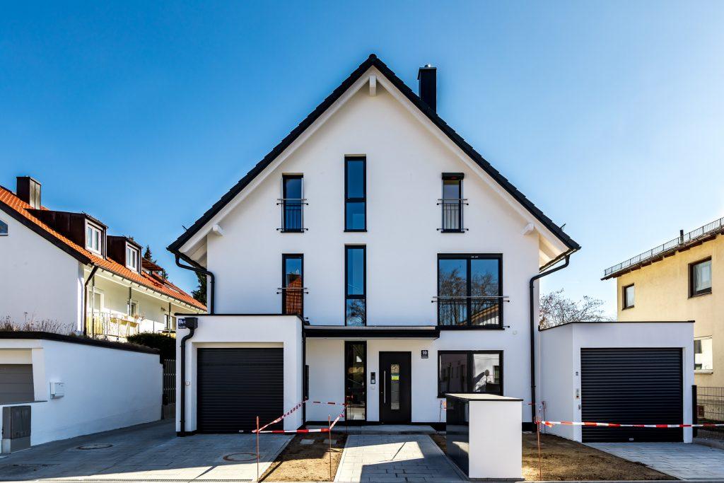 Mehrfamilienhaus München Trudering Frontansicht mit Doppelgarage