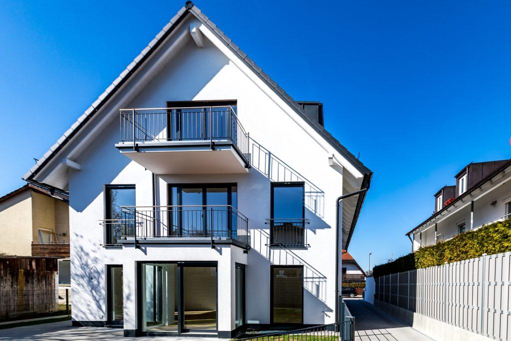 Mehrfamilienhaus München Trudering Frontansicht mit Zufahrt