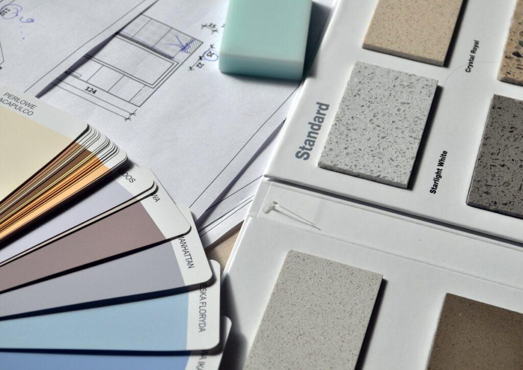 Schreibtisch mit Farbkarte und Putz-Katalog.
