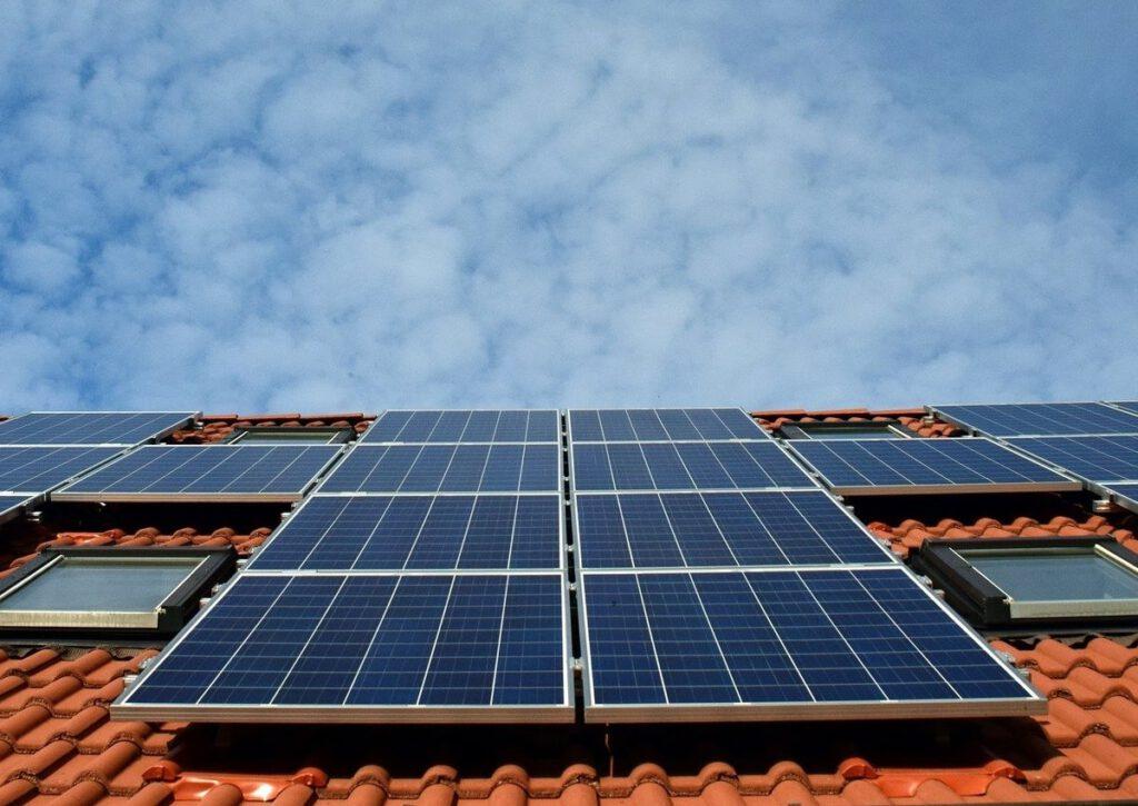 Photovoltaikanlage auf dem Dach eines Hauses.